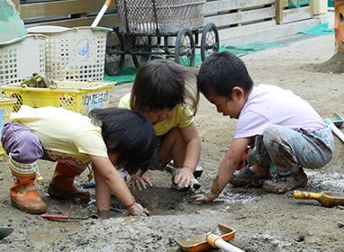 2歳児『どろんこあそび』<br> いろんな感触を自分の身体で確かめ、砂やどろなど変化する素材をつかってのあそびは子どもたちの感性を育みます。どろんこや水あそびもだんだんより大胆になります。