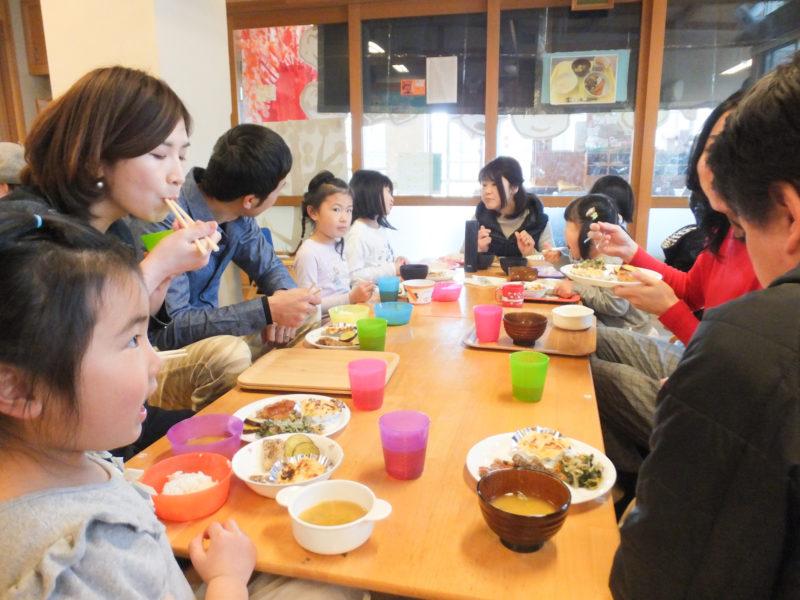 写真:父母と共に:けやき食堂①