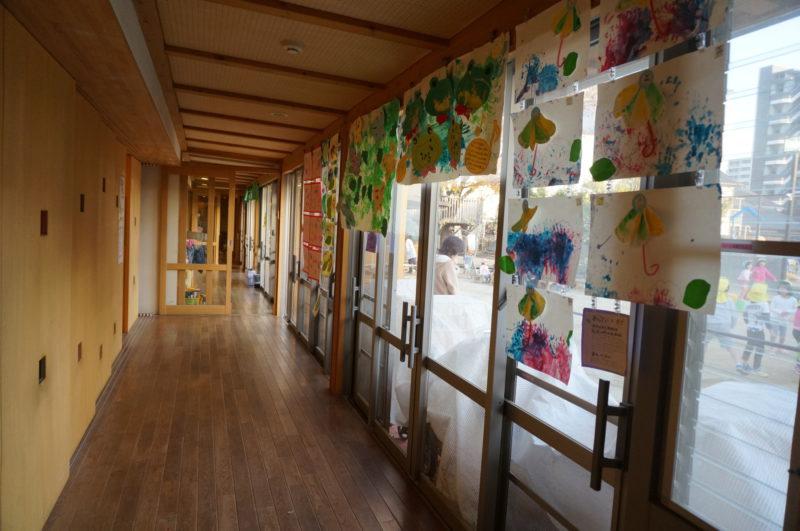 廊下に飾られた作品